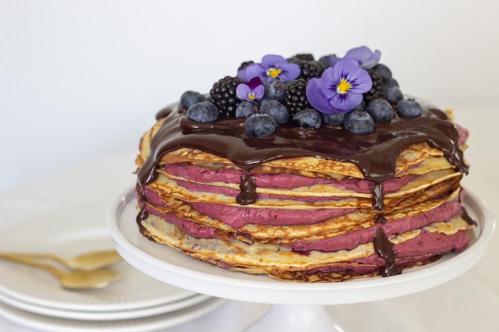 Opskrift på pandekage lagkage med blåbærskum og chokolade ganache