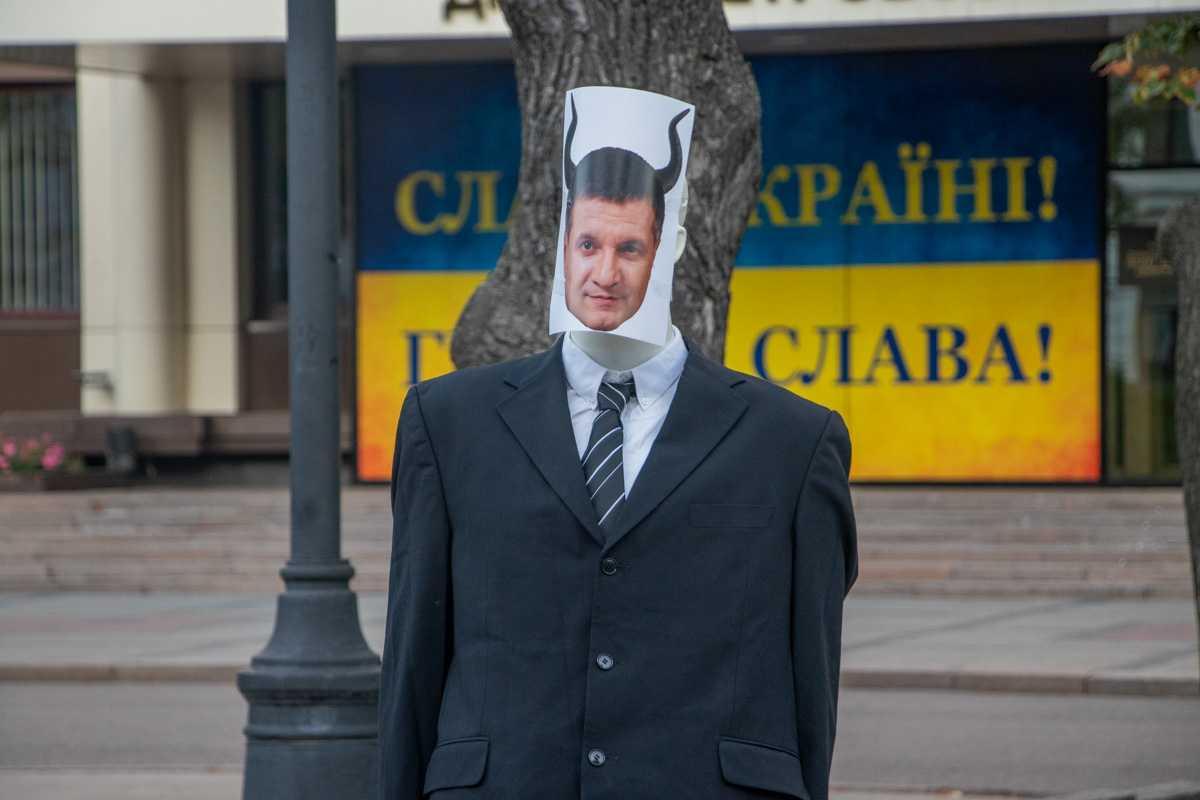 В Днепре манекен с лицом Авакова выкинули в мусорный бак
