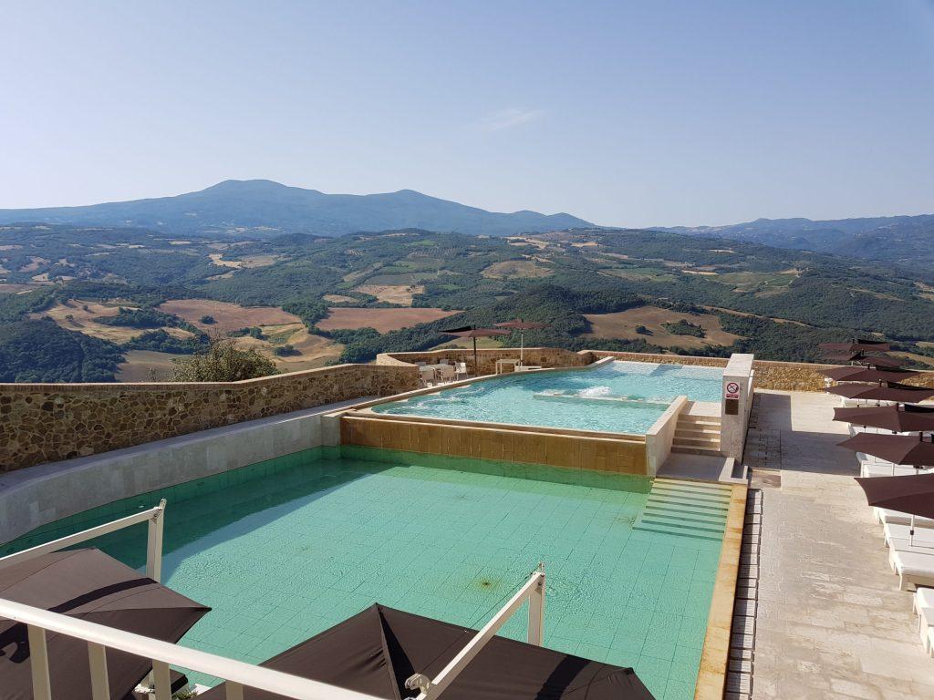 Les piscines du Castello di Velona, havre de paix au cœur du Val d'Orcia, à Montalcino