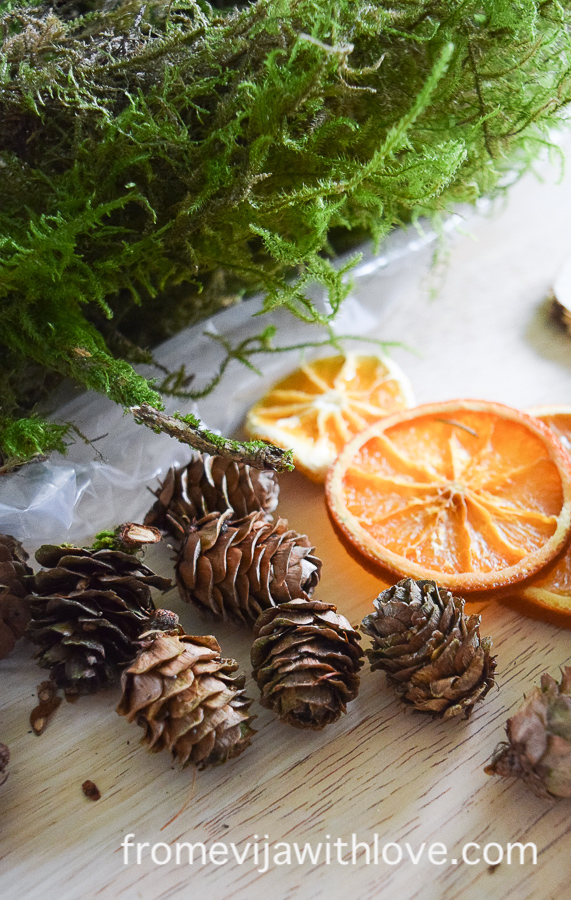 Easy Christmas decoration pine cones and moss