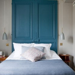 Hotel Henriette, new boutique hotel Paris. Bedroom with blue wall
