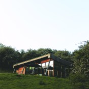 With the sun shining and spring finally coming into force, a country break with the kids could be a really good idea. I came across the ecolodges at Yorkshire Dales a few months ago but kept them aside for a more clement weather. I thought this way you could picture yourself better there.