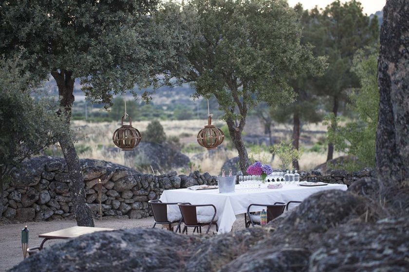 Casas do Coro, boutique hotel and self-catering in Portugal, beautiful setting of an outdoor diner