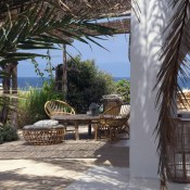 Do you sometimes have that dream of living in your white house near the sea, away from it all, eating fruits and vegetables from your garden and admiring nature from your shaded terrace? Well, the owners of Etosoto have done exactly that!
