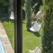I still remember my first stay at L' Hôtel Particulier in Arles: the white room was fabulous and the breakfast in the garden was very special.  So it's of course with personal interest that I just found out that they have now opened two new houses in Maussane les Alpilles.