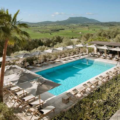 Finca Serena Mallorca, a new five stars luxury hotel in Mallorca with heated pool. The beautiful decoration mixes warmth and cool minimalism. Set in an estate with olive trees, cypress tress and with a focus on wellness. For families with children above 14 years old. There is also a spa with yoga lessons. One of the new hotels in 2019 worth visiting.