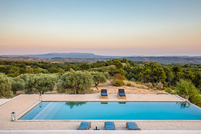 Beautiful villa with heated pool in Luberon, Domaine de la Colline accommodates 12 people in 6 bedrooms.