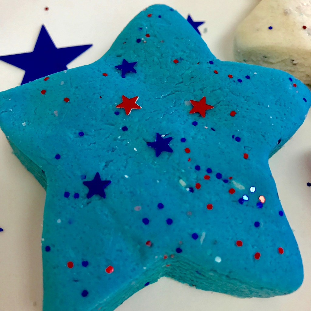Independence Day Playdoh   Homemade Play Dough recipe   DIY Play Dough   Play dough recipe   activities with toddlers   kid-friendly DIY   DIY   kid-friendly   Toddler Friendly   non-toxic   sensory play   toddler sensory  