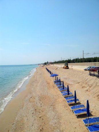 Sul tratto di spiaggia da ripascere una misera fila di ombrelloni rimane desolatamente inoccupata.