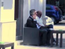 L'architetto Giancarlo Biagioli della Coneroblu al telefono fuori dal Municipio.