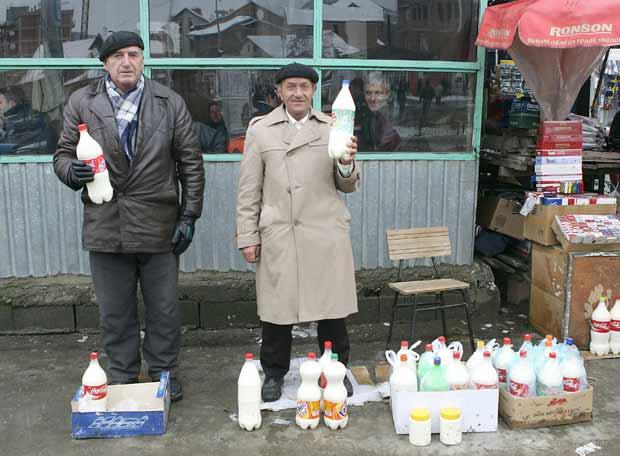 Ancianos vendiendo leche de dudosa calidad en Mitrovica Norte