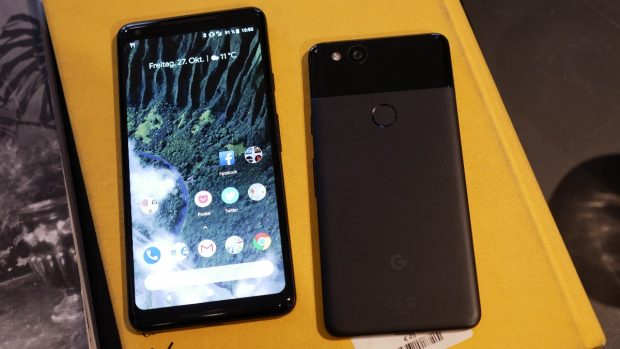 Google Pixel 2 XL next to Pixel 2 Photo t3n