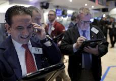 Traders work on the floor of the New York Stock Exchange January 26, 2016. REUTERS/Brendan McDermid