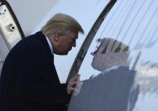 Presidente Donald Trump asciende al avión presidencial Air Force One en la base aérea Andrews, Maryland, sábado 2 de diciembre de 2017 para volar a Nueva York. (AP Foto/Susan Walsh)