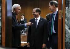 Senate Finance Committee chair Sen. Orrin Hatch, R-Utah, left, and ranking member Sen. Ron Wyden, D-Ore., right, speak with Health and Human Services Secretary Alex Azar before a hearing on prescription drug pricing, Tuesday, June 26, 2018, on Capitol Hill in Washington. (AP Photo/Jacquelyn Martin)