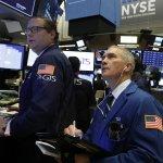 U.S. Stocks Slide As Traders Weigh Earnings; Oil Rises