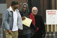 inger R. Kelly center, walks with his attorney Steve Greenberg right, and an unidentified man left, who gave him a ride after being released from Cook County Jail, March 9, 2019, in Chicago. Kelly walked out of jail after a $161,000 child support payment was made on his behalf. (AP Photo/Paul Beaty)