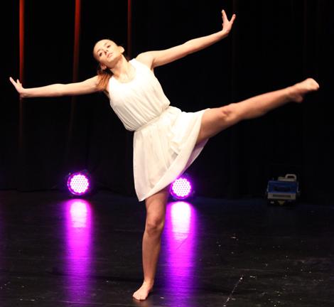 Silje Sundsby Hovdal danset til sanginnslag ved Solveig Kandahl og Anveig Kvamme