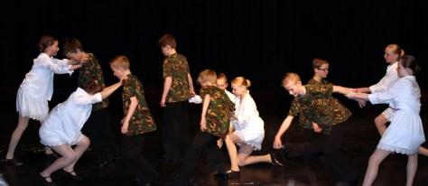 Danseinnslag i festforestillinga i Magnushallen ved Frosta danseklubb