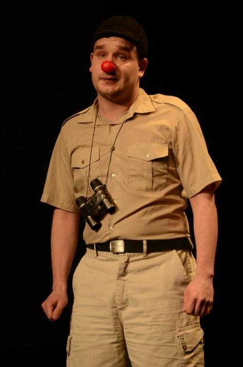 Jon Vegard Hovdal som ornitolog og fossekallekspert på scenen da HiNT satte opp en klovnekabarét på Tindved!