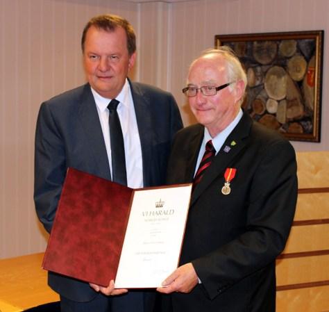Fylkesmann Inge Ryan overrakte Kongens fortjenestmedalje til Bjørn Olav Juberg
