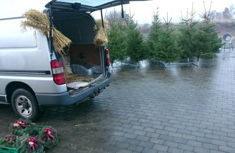 Kranser, kornband og juletrær fra Hojem Gård