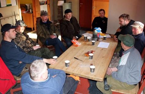 Sosialt samvær rundt kaffekoppen er også en viktig del av skyttermiljøet. Fra venstre: Arne Myrholdt, Joakim Ulvik, Arne Sørheim, Bjarne Ulvik, Jomar Sæter, Bjørnar Ulvik, Kristian Flægstad, Frank Dahl og Boris Kvamme