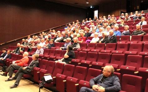 Engasjerte tilhørere i Magnushallen under den politiske diskusjonen av kommunereformen