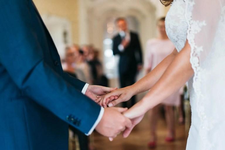 Detailfoto handen bruidspaar