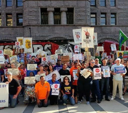 Trabajadores en Minnesota protestan despues del verdicto de la Corte Suprema en el caso Janus v. AFSCME.