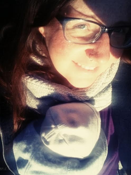 Janina mit Baby im Tragetuch
