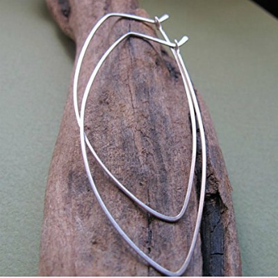 gold-hopp-earrings-leaf