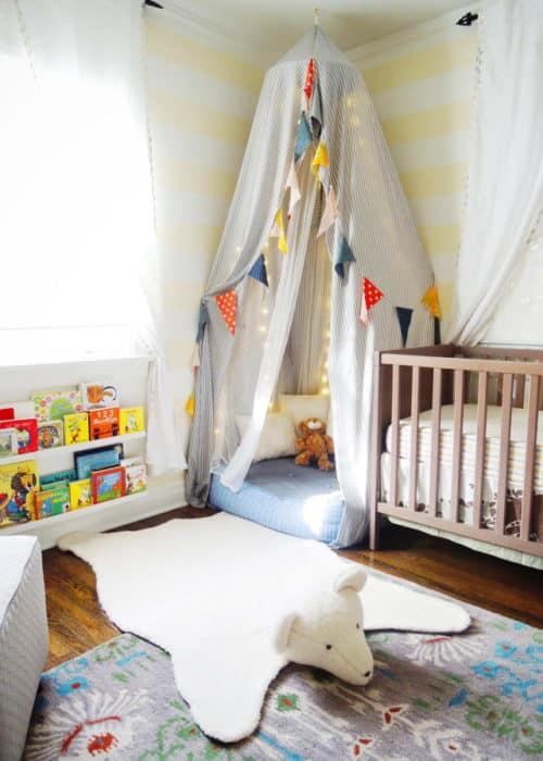 Rincón de lectura infantil en el dormitorio