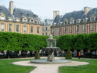 travel, travel tips, travel planning, Place de Vosges with fountain and trees