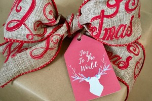 Christmas gift wrapped with rustic gift tag - Rustic Chic Gift Wrapping On A Shoestring Budget And Free Printable Gift Tags