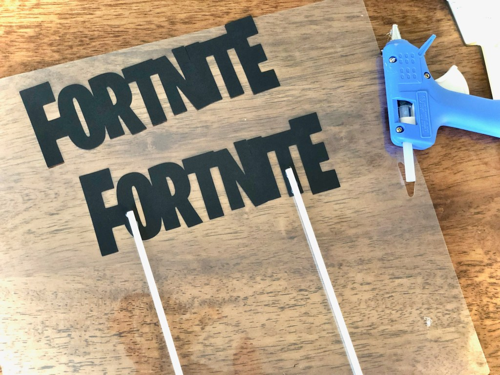 Fortnite DIY cake topper - Fortnite Birthday Party Ideas & Printables