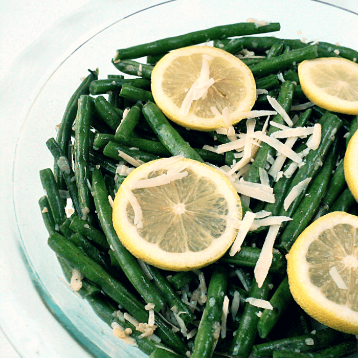 Quick, easy and healthy parmesan garlic roasted green beans recipe. A perfect side dish with only 110 calories!