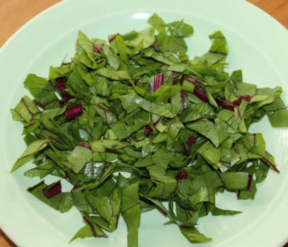 Свекольные листья также можно употреблять в пищу