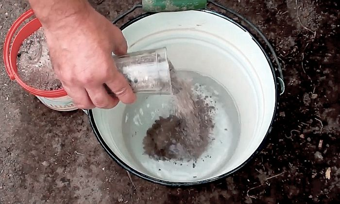 Приготовление раствора из древесной золы