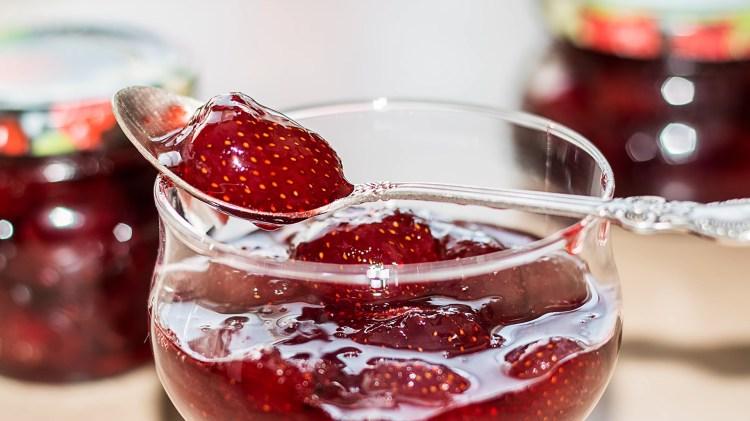 Густое и прозрачное клубничное варенье с цельными ягодками