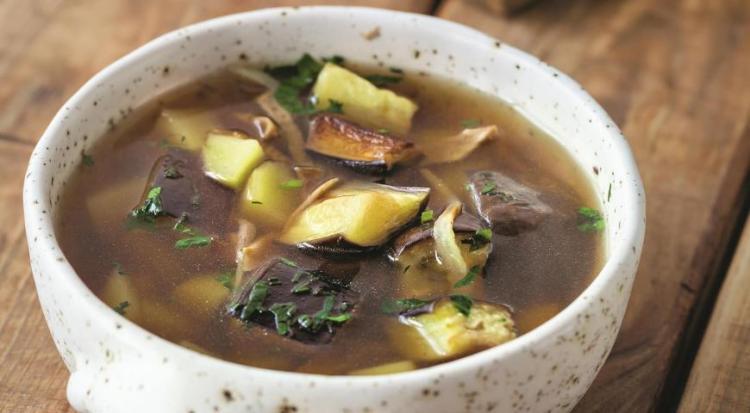 Грибной суп на бульоне со сладким перцем и баклажанами