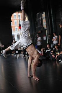 English: Break dancing in Lyon, in front of th...