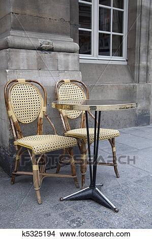 cafe terrasse table et chaises dans paris france image