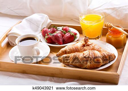 banques de photographies plateau petit dejeuner servi dans lit