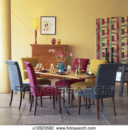 rose et turquoise tapisse diner chaises table dans moderne jaune salle manger banque d image