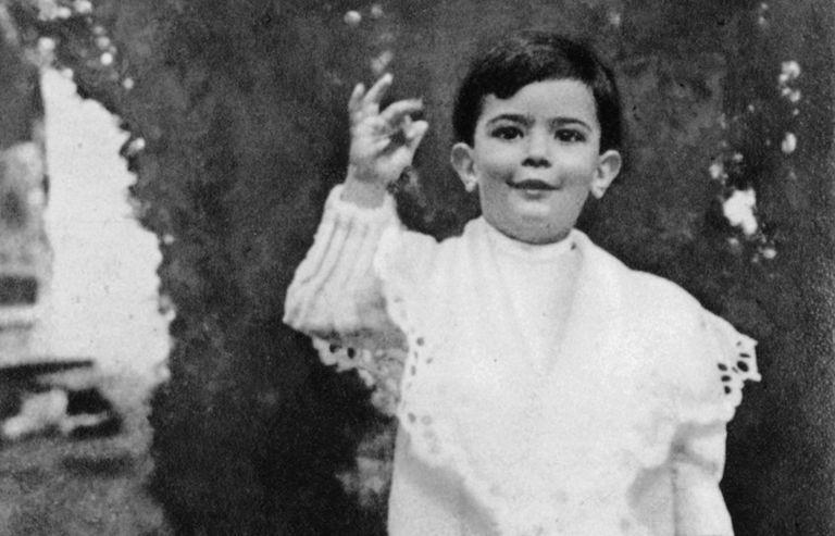 Salvador Dalí'nin siyah beyaz bir fotoğrafı, kızmış bir gömlekle çocukken