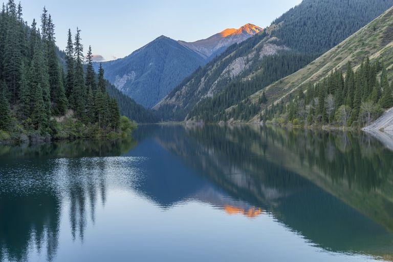 Sabah erken saatlerde Kolsay Gölü, Tien Shan Dağları, Kazakistan, Orta Asya, Asya