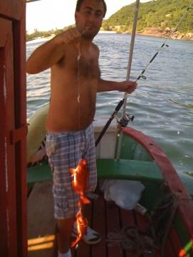 Março: Pescando na Baía de Guanabara. Dois peixes de uma vez só na linha