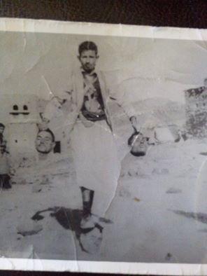 """صورة من الذاكرة تظهر """"بدر الدين الحوثي"""" وهو يشارك في ذبح جنود مصريين"""