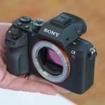 手のひらサイズ!SONY新型フルサイズミラーレス「α7RII」のハンズオン写真